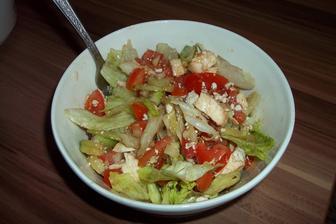 Salát (ledový salát, rajčata, okurka, cibule, mozzarella, balkánský sýr, olivový olej extra virgin, ocet balsamico, sůl, pepř)