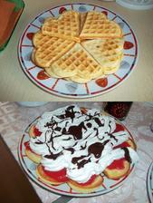 Křupavé vafle s jahodovou dření, šlehačkou a čokoládou