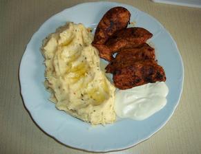 Marinovaná kuřecí prsíčka s česnekovým dipem, bramborová kaše