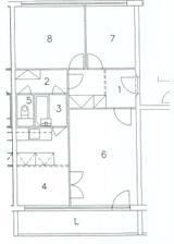 Pôvodný pôdorys - 1 vstupná chodba, 2 druhá chodba, 3 prechodová kúpelňa, 4 kuchyňa, 5 WC, 6 obývačka, 7 spálňa, 8 pracovňa.