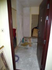 Začína rekonštrukcia - pôvodná vstupná chodba (už je odstránená skriňa), dvere boli vymenené ešte na jar spolu s oknami, 10.10.2011.