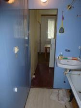 Začína rekonštrukcia - pôvodná prechodná kúpelňa, pohľad do kuchyne, 10.10.2011.