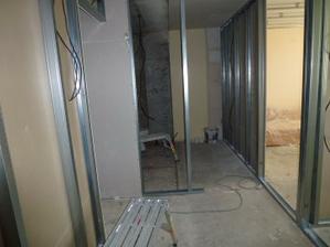 Pohľad od vstupných dverí - vpravo pracovňa, za ňou spálňa, rovno zatiaľ nerozdelené jadro, vľavo obývačka.