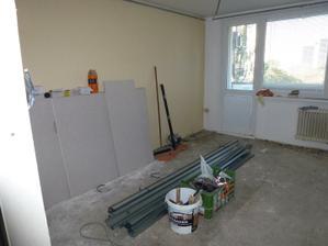 Pohľad z chodby do obývačky - z obývačky sú dvere na balkón, ktorý sa ťahá popri obývačke a kuchyni.
