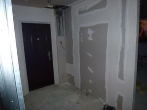 Pohľad od vstupu do pracovne na vchodové dvere, vpravo vstup do obývačky.