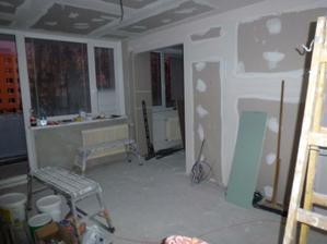 Pohľad z rohu, kde bude v obývačke sedačka - vpredu vidno vstup do kuchyne.