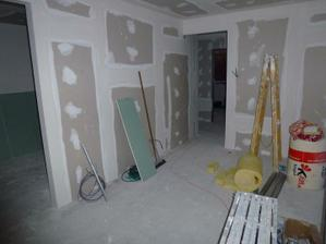Pohľad do obývačky od balkónových dverí, vľavo vstup do kuchyne.