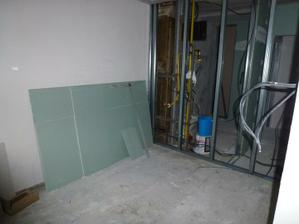 Kuchyňa - stena medzi kuchyňou a jadrom bola uzatváraná ako posledná, keďže bolo nutné po úprave odpadu vyviesť vodu a odpad aj ku kuchynskej linke.