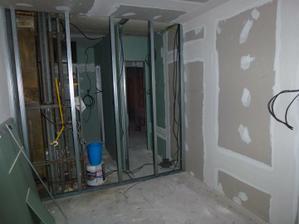 Pohľad z kuchyne na jadro - vpravo WC, vľavo kúpelňa, už medzi nimi stojí priečka.
