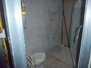 Pohľad do kúpelne od kuchyne - WC ešte stojí na pôvodnom mieste, na vodárov som čakala neskutočne dlho.