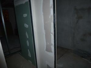 Pohľad z chodby - vpravo kúpelňa, vľavo WC.