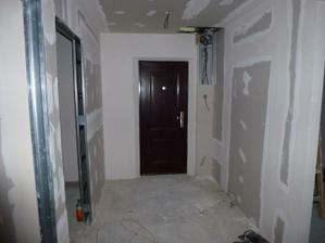 Pohľad na vstup do bytu - vľavo vzadu pracovňa, vpredu spálňa (vidno len miesto pre zárubňu), vpravo vstup do obývačky.