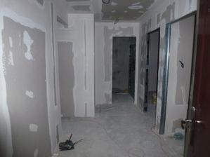 Pohľad od vchodových dverí - všetky priečky už stoja na svojich miestach, začínajú sa robiť stierky.