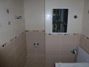 Kúpelňa - v múriku pod odtokom na umývadlo (roh vľavo) je odpad ťahaný od WC ku stupačke.
