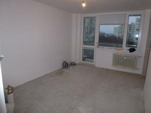 Obývačka - vypínač a svetlo kúpené, každú chvíľu dorazí aj podlaha. V rohu vľavo bude rohová sedačka, nábytok budem definitívne vyberať až po sedačke (aby som vedela čo a koľko sa mi tam vojde).