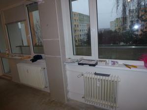 Okno vpravo patrí do kuchyne, okno vľavo do obývačky.