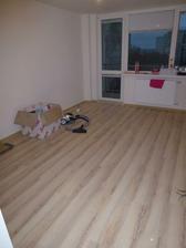 28.12.2011 boli dokončené podlahy - toto je obývačka. Podlaha je Krono, jaseň bielený.