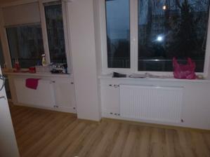 Prechod medzi kuchyňou a obývačkou - radiátory už vymenené, akurát ešte nedošli premontovať merače.