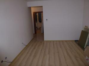 Obývačka - v pozadí vidno vchod do spálne.