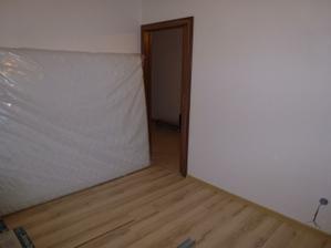 Spálňa a môj nový matrac, posteľ stále nedorazila...