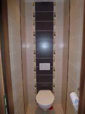 Dokončené WC - ako tak pozerám, ten tmavý obklad bude potrebovať často leštiť.