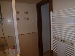 Dokončená kúpelňa - batéria a držiak na sprchu je taktiež Ravak, rebrový radiátor je z Hornbachu.
