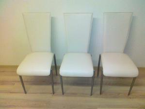 Zmontované stoličky, takú z nich mám radosť, navyše som si ich dávala dokopy sama samučičká :o)