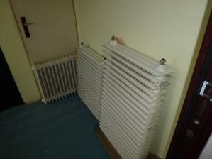 Staré radiátory čakajú na odvoz.