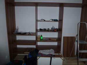 Skriňa v spálni s časti postavená, v pondelok sa pokračuje :o)