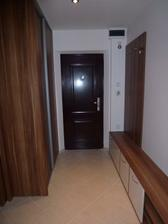 Chodba pri vchodových dverách - skriňa, botník a vešiaková stena sú už na svojom mieste :o)
