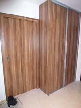 Skrine a botník sú v tom istom dekore ako dvere - slivka merano.