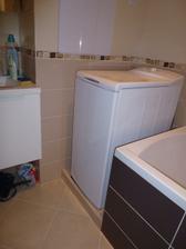 V kúpeľni pribudol schodík pod práčkou, aby mohla byť viac pri stene. Schodík je totiž pokračovaním sokla, v ktorom je ťahaný odpad z vane.