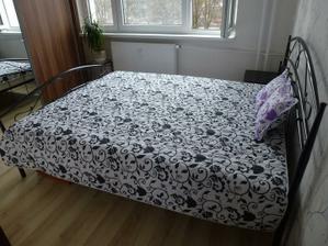 Dnes som kúpila prehoz na posteľ :o) Na tejto fotke vidno, akú mám malú spálňu, no myslím, že je tak akurát ;o)