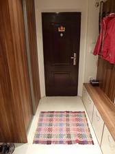 Aby som v chodbe nemala mokro, doniesla som si od babky tkaný koberec starší ako ja. Pôvodne bol dlhší, takže mám dva kusy do chodby a....