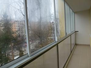Pomaly to bude rok, čo bývam vo svojom a navyše sa schyľuje k mojim okrúhlinám, tak som si darovala zasklenie balkóna :o)