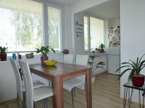 Pohľad z gauča - nápis je na stene medzi obývačkou a kuchyňou, takže ho vidno z viacerých miest v byte :-)