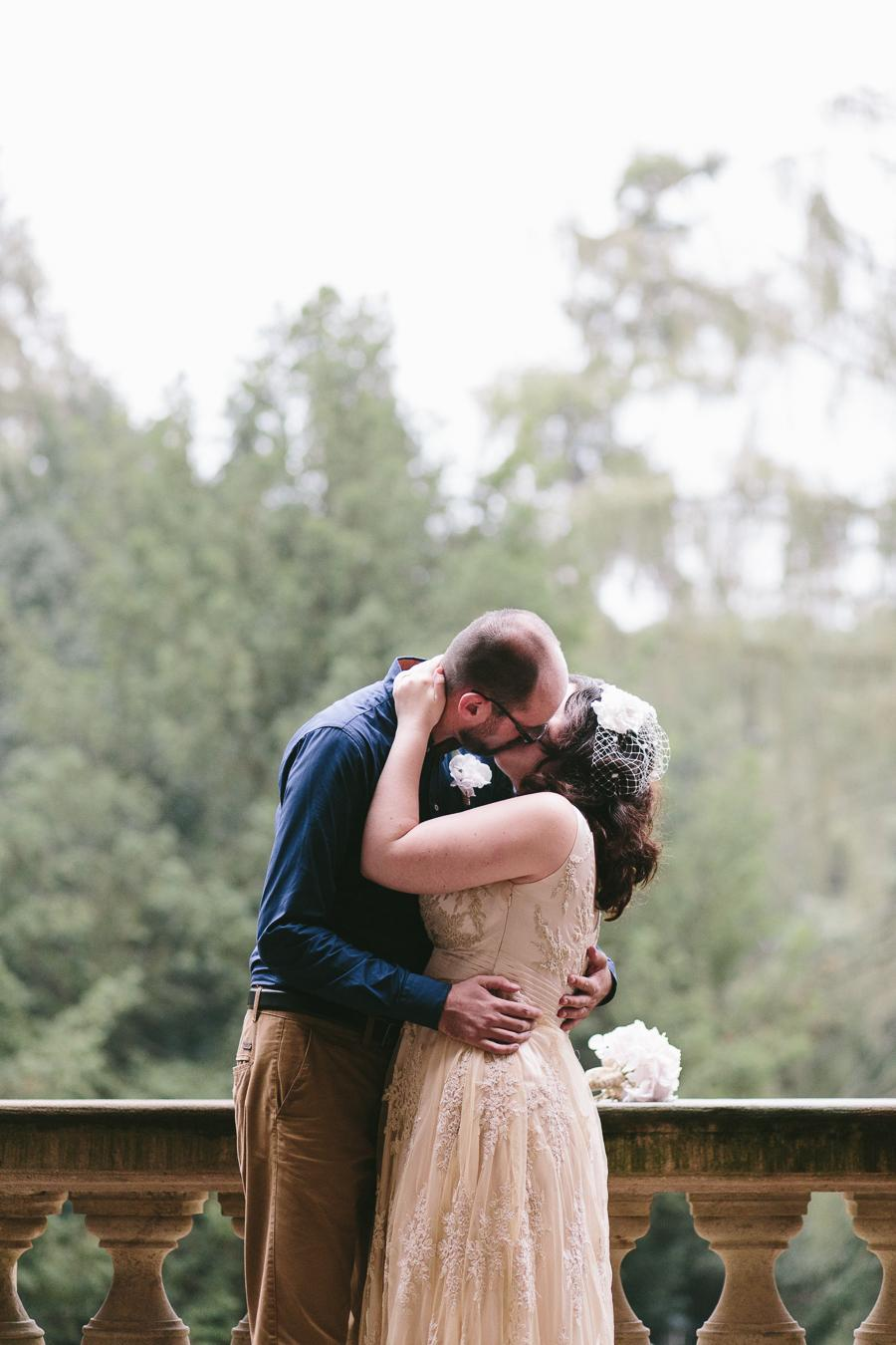 L.{{_AND_}}H. - První manželské políbení