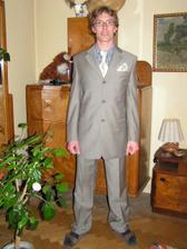 ženich ve svatebním obleku(košile bude bordó)