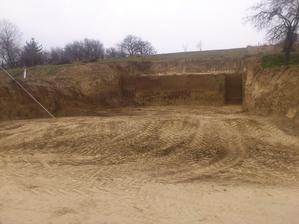 """Tak a stačilo s kopaním. Takto to je finálne. Už sa môže zamerať stavba a začať """"kopať""""."""