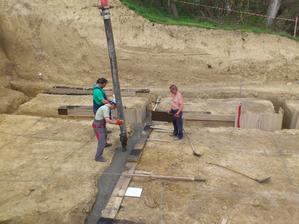 Ako pán domáci som dostal za robotu riadenie zalievania betónom.