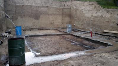Odvezená hlina, môžeme spraviť kanalizáciu a sypať štrk. Bolo tam 26 vozíkov hliny.