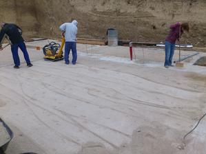 Na hrubý makdam sa dala frakcia 0-4 poliala a zhutnila. Tvrdé ako beton to zostalo. Aby nestiekol cement z betónu do hrubého štrku.
