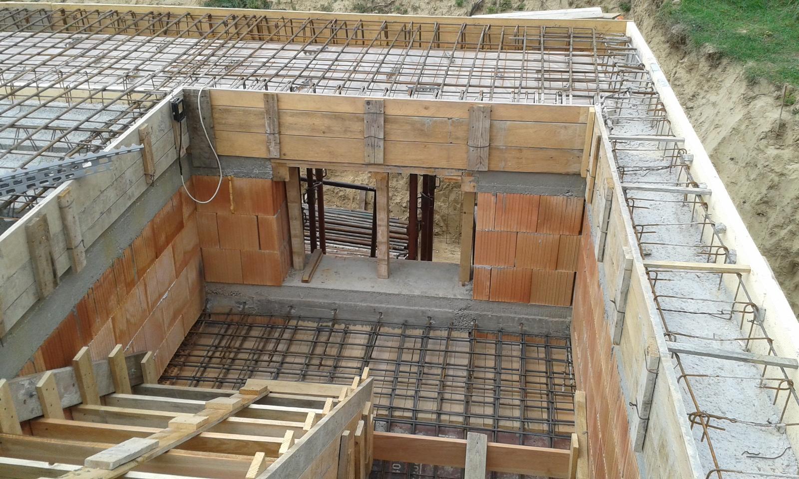 Prízemie - Detail schodisko a okno na schodisku. Za schodiskom bude šatník schovaný.