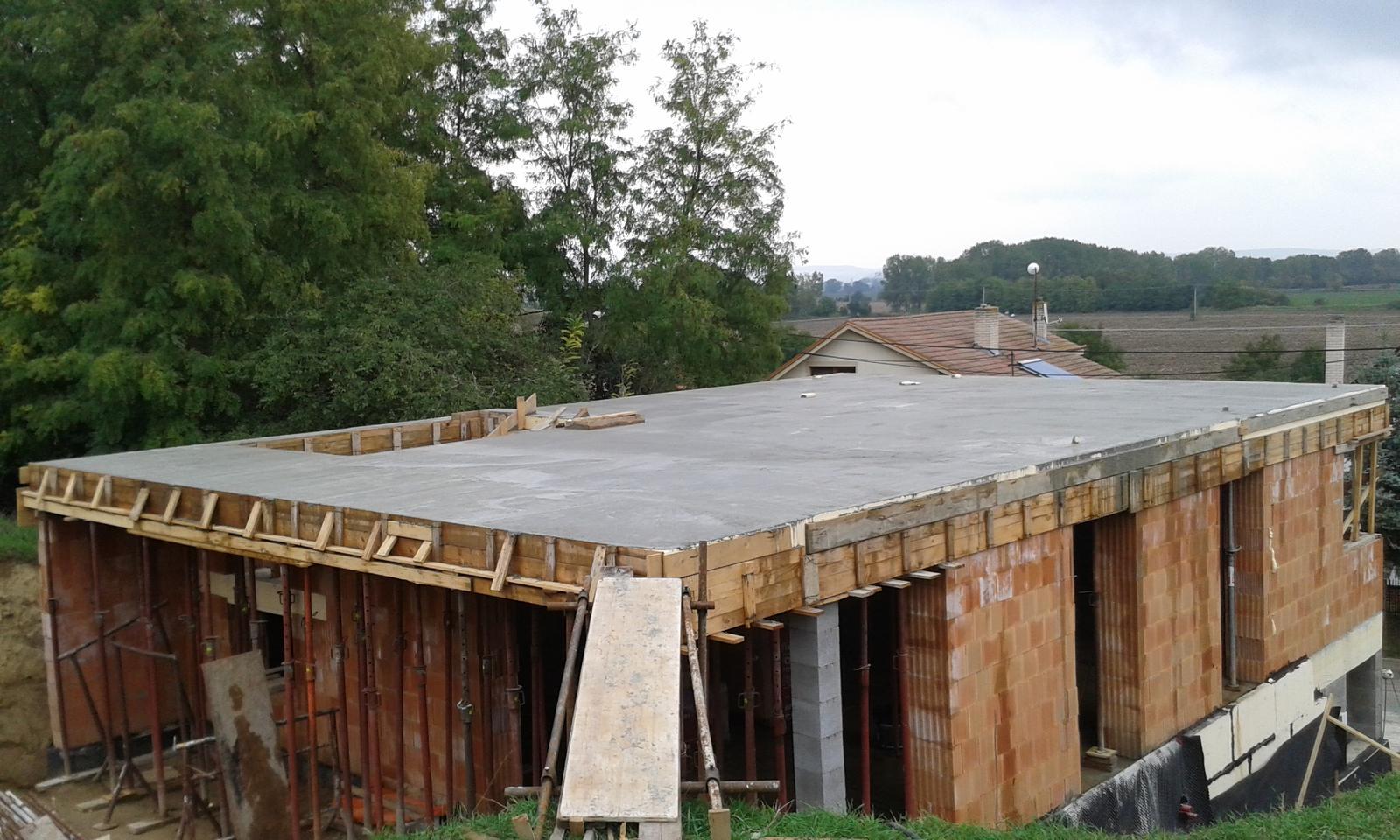 Prízemie - 7.10.2015 - Konečne zaliata deka. Od 2.10 sme sa nemohli nejak s betonárnou zosúladiť. Raz nemohli oni, potom pršalo, potom zasa nestíhali... Hrúza. Do deky šlo 21m3 betónu