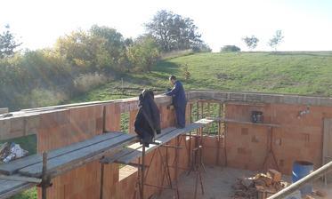 24.10.2015 - Preklady zaleivame ručne. 1,3m3 betónu sme si trúfli na to aj miešačkou.