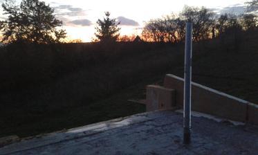 9.11.2015 - Zaliaty veniec, detail šrobovica s krásnym zapadajúcim slnkom. Škoda že na prízemí tieni tomu západu v zime už kopec.