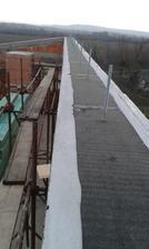 28.11.2015 - Ipa pod pomúrnice. Všetko nachystané na strechu. Strechári prídu 1.12.2015. Snáď nebude zlé počasie.