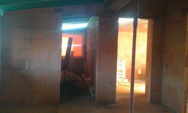30.12.2015 - Dokončené priečky na poschodí. Pohlad na kúpelňu.