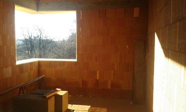 30.12.2015 - Dokončené priečky na poschodí. Okno v herni.