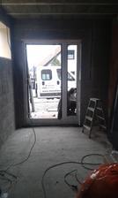 15.2.2016 - Vchodové dvere, montáž, bez výplní.